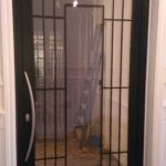 Porte en Aluminium avec grille de fer forgé